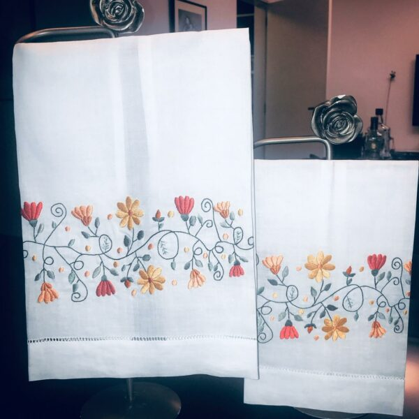 Toalha de Lavabo Linho bordado á Mão Guirlanda Laranja