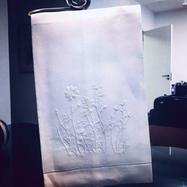 Toalha de Lavabo Linho Bordado á Mão Flores Brancas